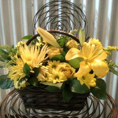 Fleurs jaunes dans un panier d'osier